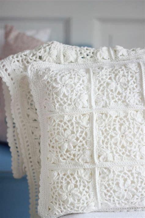 Chaise Bois Blanche #15: Delicate-travail-au-crochet-coussins-housses-blanches-deco-maison.jpg