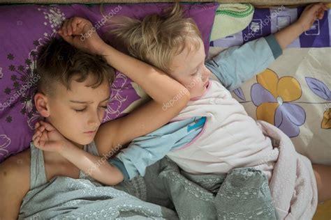 teen boys sleeping in bed together hermanos j 243 venes durmiendo juntos en la cama fotos de