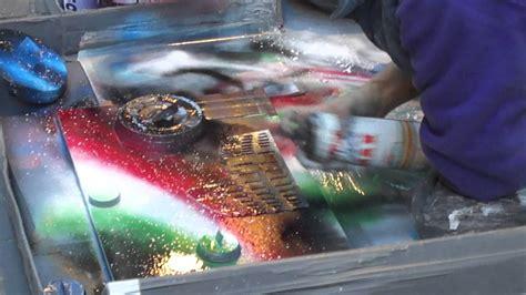 Sprei Arista artista di strada a roma fa disegni con lo spray