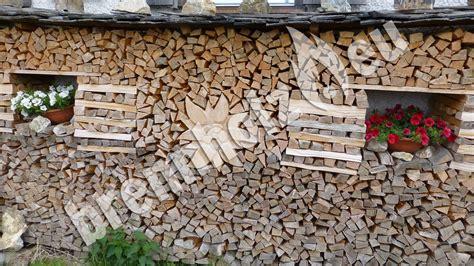 holzbeige gestell brennholz stapeln hauswand kleinster mobiler gasgrill