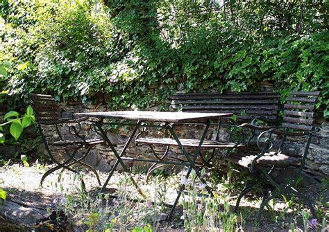 sitzecken im garten mit überdachung gartenm 246 bel aus metall in romantischer sitzecke im garten