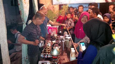 Ulubelu Coffee ketika barista lung perang meracik kopi robusta