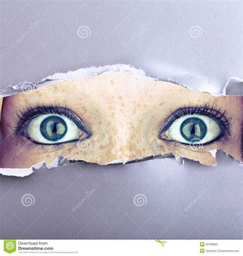 imagenes ojos abiertos ojos abiertos de par en par en una pared fotos de archivo
