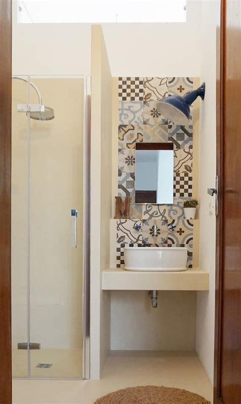 bagni di casa progetto di un mini bagno tra resina e cementine a casa