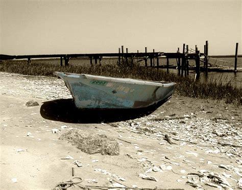 gambar pantai laut pasir hitam  putih perahu