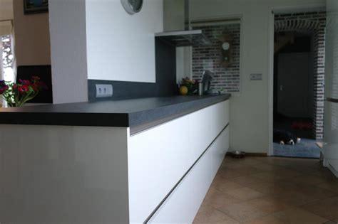 keller keukens apparatuur strakke greeploze hoogglans witte keller keuken met