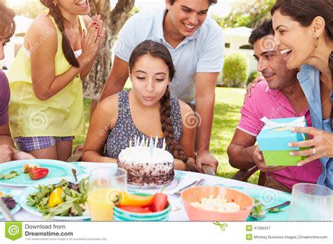kommunion zu hause feiern 在家庆祝生日的小组朋友 库存图片 图片 包括有 存在 愉快 生日 夫妇 蛋糕 午餐 联系 户外