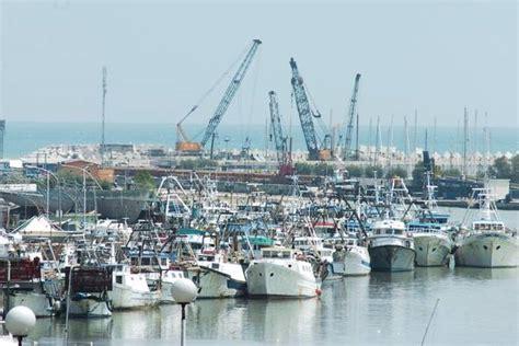 capitaneria di porto di pescara porti stop dragaggio pescara esplode rabbia pescatori