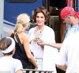 commercial actress mole cindy crawford in rollers for rooms to go commercial