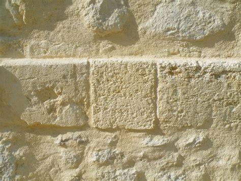 le type de pierre utilisee sera du calcaire tendre le travail se la chaux la ma 231 onnerie et le jointoiement des pierres