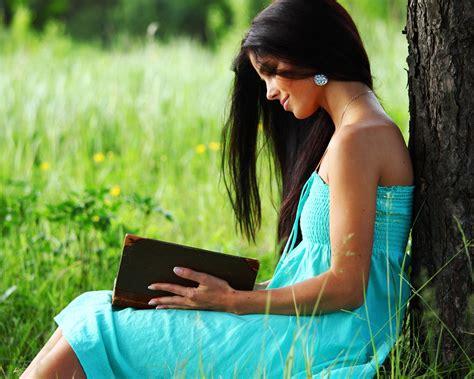 libro todo bajo el cielo everything under the azul vestido de ni 241 a leyendo un libro bajo el 225 rbol fondos de pantalla 1280x1024 fondos de
