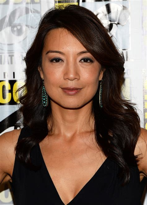 wen curly short hair styles ming na wen long wavy cut ming na wen looks stylebistro