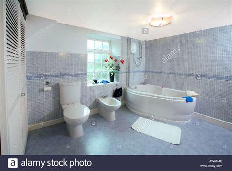 badezimmer bidet modern tiled bathroom uk with bath bidet and toilet stock