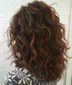 hair layered and curls up in back what to do with the sides 25 best ideas about medium wavy hair on pinterest short