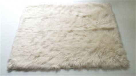tappeto pelo lungo bianco coperte e cuscini props