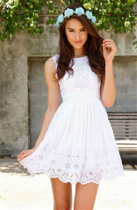 5 Pretty White Things To Wear From Around The World by Pretty Random Things Fashion Review Saboskirt White