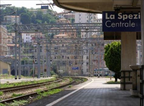 regionale europea la spezia si getta sotto un treno merci a 16 anni la spezia cronaca