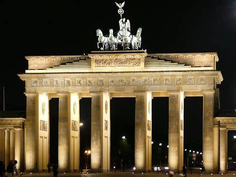 la porta di brandeburgo in pullmann viaggia in tutta europa a prezzi scontati