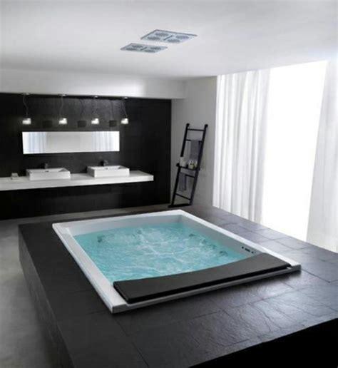 Bien Salle De Bain Design Moderne #3: baignoire-spa-jacuzzi-baignoire-leroy-merlin-grand-jacuzzi-echelle-etagere-de-salle-de-bain.jpg
