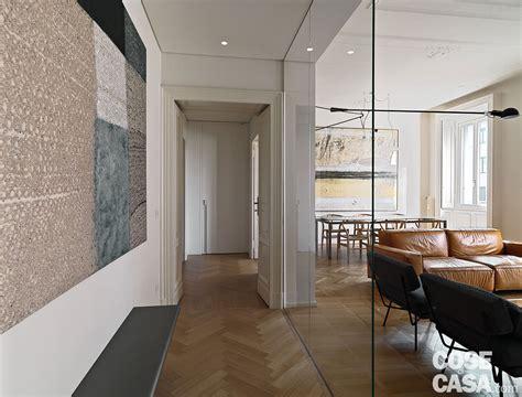 armadio dietro al letto 110 mq con una parete in vetro per dividere soggiorno e
