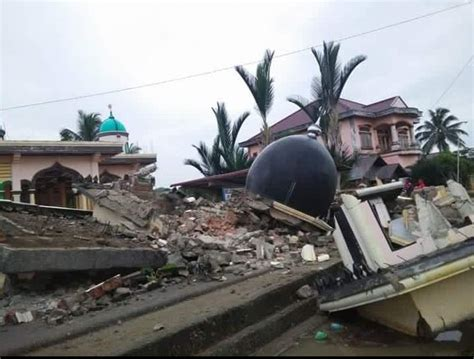 earthquake just now in indonesia devastating m6 5 earthquake kills at least 52 people in