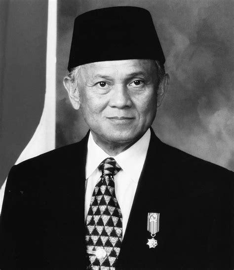 Awing Presiden Ukuran 4 5 6 7 8 9 10 11 12 Peci Kopiah Songkok Hitam gambar presiden ri berwarna dan hitam putih sejarah