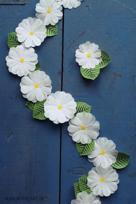 paper flower garland tutorial diy blomsterkrans av bullformar hungry heart