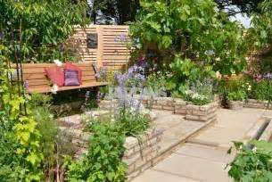 la saveur du repos avec un potager au c蜩ur d un jardin