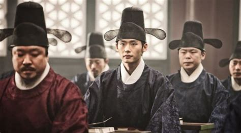film lee jong suk the face reader lee jong suk senang pakai hanbok di the face reader