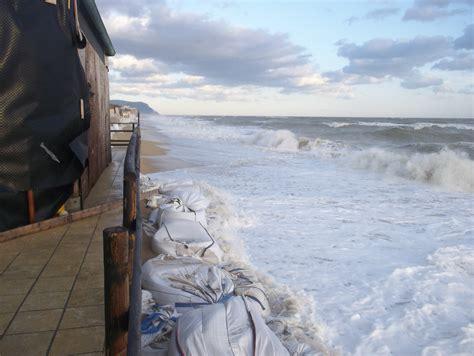 chalet mauro porto recanati la pioggia e il mare bloccano porto potenza cronache