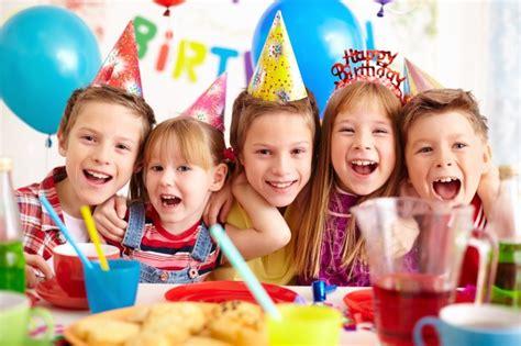 imagenes de cumpleaños jovenes ni 241 os celebrando fiesta de cumplea 241 os descargar fotos gratis