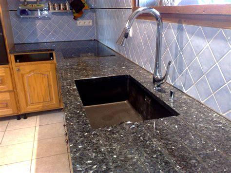 White Kitchen Cabinets Black Granite Countertops materiaux graniteset