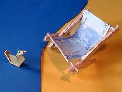 tisch aus geldscheinen basteln ein geldgeschenk basteln liegestuhl deutsche