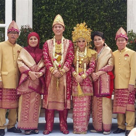 Baju Adat Jawa Warna Merah detail baju pengantin putri titian di akad mewah khas palembang kapanlagi