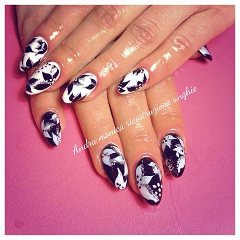 decorazione unghie fiori decorazioni unghie monocolore bianco e nero con fiorellini