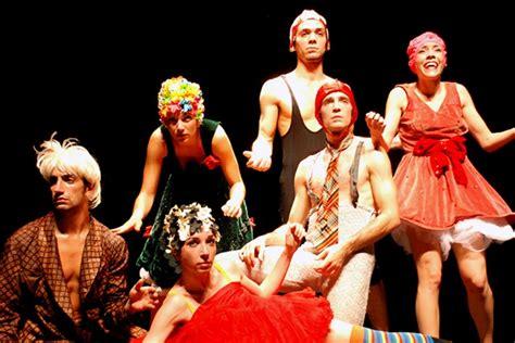 Setelan Tari grup tari kontemporer asal italia ini tilkan pertunjukkan yang membuat penonton tak bisa