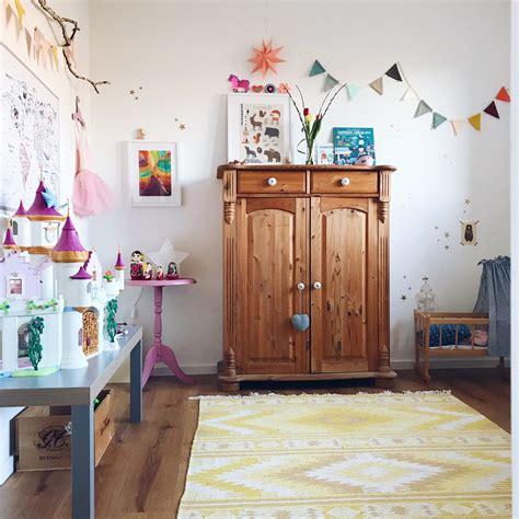 kinderzimmer haus malen kreatives kinderzimmer platz zum malen und basteln