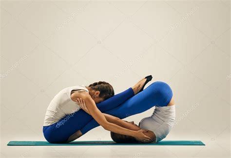 imagenes yoga posturas yoga en pareja piso fotos de stock 169 seenaad 121142696