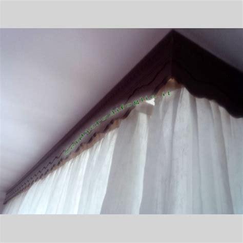 mantovane in legno decorato con guide per tende