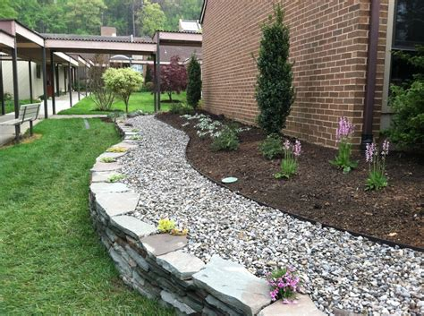 White Rock Garden Brown Soil And White Rocks Garden Garden Designs Garden Ideas And Gardens