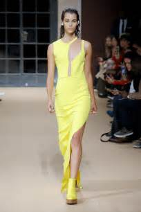 design love fest palm springs gal gadot stuns in yellow gown at palm springs film fest