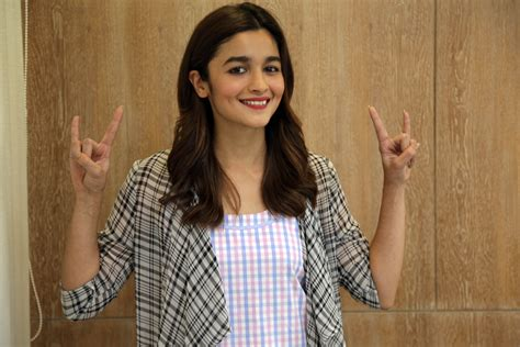 Alia Bhatt Plays Truth Or Truth - YouTube