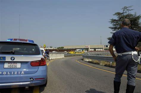 polizia stradale di pavia incidente in viale certosa famiglia travolta mentre