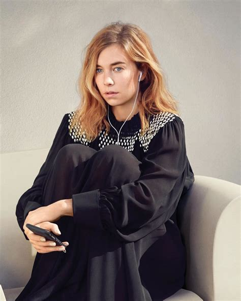 pictures  english actress vanessa kirby peanut