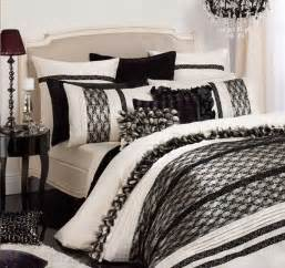 textured bedding sets add flare and charm to bedroom