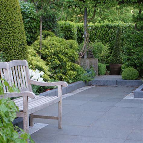 pflanzen garten pflegeleicht der patiogarten ist mit hecken und immergr 252 nen pflanzen