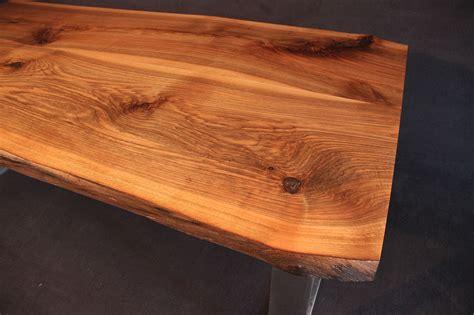arbeitsplatten vollholz tischplatte mit baumkante massivholz kaukasischer nussbaum