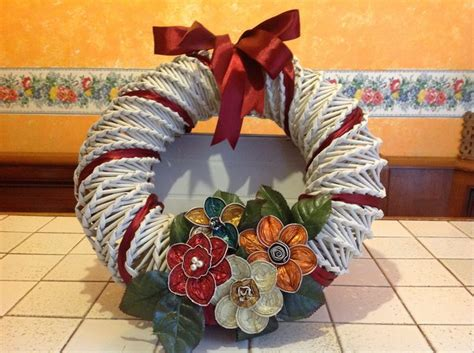 fiori fatti con la carta ghirlanda con cannucce carta e fiori fatti con capsule