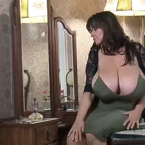 une sublime femme mature aux très gros seins video