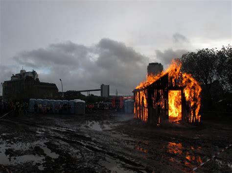 brennendes haus dockville festival 2011 brennendes haus installation